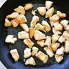 Trộn đều sốt hoisin, mật ong, nước tương, 2 muỗng canh dầu olive trong một cái bát. Bắc chảo lên bếp với lửa vừa, cho lượng dầu olive còn lại vào đun nóng. Thả gà vào chiên chín vàng các mặt trong khoảng 3 phút.