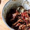 Cho sả vào tô cùng với 5ml nước mắm, 10g dầu mè, 15ml dầu hào, 30g đường, 5g tiêu, 1/2 muỗng cà phê ớt bột, 1/2 muỗng cà phê bột ngũ vị hương, kế đến thêm thịt bò vào, trộn đều, để ướp ít nhất trong 30 phút. Sau đó, lấy ra xào nhanh đến khi thịt chín thì cho ra đĩa chuẩn bị.