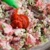 Hành lá rửa sạch, thái nhỏ. Cá ngừ băm nhuyễn. Đầu tiên, bạn trộn cá ngừ với hành lá và mayonnaise. Thêm tương ớt vào rồi tiếp tục trộn đều.