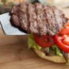 Để bắt đầu làm hamburger, bạn phết mayonnaise vào 1 mặt của bánh mì. Nướng thịt trong chảo cho đến khi thịt chín, sau đó bạn xếp xà lách, cà chua và thịt lên trên.