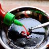 Trộn đều 2 muỗng canh nước tương với 1 muỗng canh mật ong, 1 muỗng cà phê rượu vang, 1/4 muỗng cà phê dầu mè và 1 muỗng cà phê tương ớt để làm nước chấm.