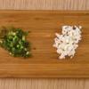 Hành tây và hành lá rửa sạch, cắt nhỏ. Tôm rửa sạch, bóc vỏ rồi băm nhuyễn. Cho tôm, thịt heo bằm, hành tây, hành lá, rượu, muối, tiêu, gừng, dầu mè và bột bắp vào 1 tô lớn, trộn đều. Tiếp đến, cho một muỗng nhỏ nhân tôm thịt vào giữa lá hoành thánh, thoa nước ở hai cạnh kề nhau rồi cuộn lại. Làm tương tự cho đến khi hết nguyên liệu.