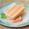 Kem trà sữa Thái mát lạnh, ngọt thơm hương vị trà sữa Thái Lan, cùng với màu cam bắt mắt, được làm dạng que cầm rất tiện lợi. Món kem này là gợi ý cho các teen là fan trà sữa, để có thể dùng bất cứ lúc nào muốn nhé!
