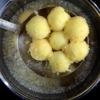 Đun nóng dầu ăn rồi cho các viên khoai vào chiên chín vàng giòn bên ngoài thì vớt ra để ráo dầu.