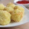 Món khoai lang bọc phô mai chiên xù này có thể ăn kèm với tương ớt hay tương cà đều được nhé!