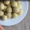 Múc 1 muỗng khoai tây đã nghiền cho vào lòng bàn tay, vê tròn rồi ấn dẹp. Cho viên phô mai vào giữa, bọc kín lại rồi vê tròn. Sau đó lăn tất cả qua bột chiên xù cho phủ đều bên ngoài.