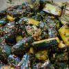 Trong khi chờ dưa leo, cho nguyên liệu rộn vào tô lớn gồm: 6 muỗng ớt bột Hàn Quốc, 3 muỗng canh đường, 5 muỗng canh tỏi băm, 2 muỗng cà phê muối, hành lá băm, hẹ cắt khúc, trộn đều. Lấy dưa leo ra để một vài phút rồi cho vào tô gia vị trộn đều.