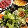 Bày lẩu ra và thưởng thức nhé! Ngoài ra có thể ăn kèm với đồ cuốn, chấm với nước mắm nêm. Đồ cuốn ăn kèm gồm rau xà lách, rau thơm, cà rốt, khế, dưa leo, thơm cắt miếng, bún. Nhúng bắp bò vào nồi nước lẩu rồi dùng bánh đa nem cuốn rau với bò, chấm với mắm nêm.