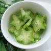 Các loại rau ăn kèm rửa sạch, để ráo. Cà rốt, dưa leo, khế, thơm cắt miếng vừa ăn. Hành tây cắt múi cau nhỏ.