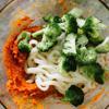 Cho bột cà ri đỏ, bơ hạnh nhân, bí đỏ nghiền trộn đều với nhau trong tô. Cho mì Udon cùng bông cải xanh vào để trộn. Nếu thấy quá khô, bạn có thể chan 2 muỗng canh nước luộc bông cải vào rồi trộn đều. bạn có thể nêm thêm muối tiêu nếu thích.