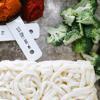 Mì Udon nếu dùng loại đông lạnh thì rã đông với nước ấm nhé. Bông cải xanh rửa sạch, ngắt nhỏ và luộc chín (giữ lại nước luộc bông cải nha). Bí đỏ bạn có thể mua loại nghiền sẵn hoặc tự luộc hoặc hấp rồi nghiền nhuyễn bằng nĩa.