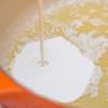 Luộc mì: Đun sôi nồi nước, thêm 1 muỗng cà phê muối vào, cho mì vào luộc cho chín mềm rồi vớt ra, trộn với 1 muỗng cà phê dầu giấm cho sợi mì không dính, để ráo. Làm sốt: Đun bơ cho tan chảy, sau đó thêm vào 1 chén heavy cream. Khuấy tan hỗn hợp, thêm phô mai vào.
