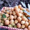 Bạn nên chọn mua được những quả mơ tròn đều, trái mơ căng mọng, có màu đỏ ửng hoặc vàng rộm, vẫn còn lớp lông tơ mịn mượt phủ xung quanh. Đây chính là những quả mơ vừa chín tới và còn tươi nguyên. Bạn cần lựa mơ cẩn thận, bỏ đi những quả bị bầm dập, chín nhũn, những quả bị thối, héo... Bạn cũng không nên chọn những quả mơ còn xanh vì khi đó mơ chưa chín tới, sẽ rất cứng.