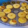 Sau khi táo đã được ngâm xong, đặt chảo lên bếp và vặn lửa nhỏ. Cho táo đã ngâm đường vào đây. Đun cho đến khi nào táo chuyển màu vàng thì vớt táo ra. Cho táo lên vỉ phơi cho ráo đường hoặc dùng máy sấy cho táo nhanh khô.