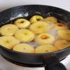 Trong một cái tô lớn, trộn đều táo với đường. Có thể xóc cho táo ngấm đường. Sau đó thêm 2 muỗng canh nước cốt chanh. Để khoảng 6 tiếng. Hoặc để qua đêm càng tốt vì táo càng ngấm đường sẽ càng ngon.