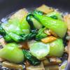 Giữ nguyên chảo, đun nóng 2 muỗng dầu olive, phi thơm tỏi 30 giây rồi cho cải thìa vào xào 1 - 2 phút. Cho nấm vào lại chảo, nêm 1 muỗng muối, tiêu và xào đều. Sau đó chế nước bột bắp vào, đảo đều, để sôi đến khi hơi sệt lại thì tắt bếp là xong rồi đó. Cho cải xào ra dĩa rồi ăn thôi nào.