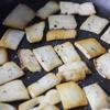 Cho 1 muỗng bột bắp, 2 muỗng nước vào chén khuấy đều. Cả thìa rửa sạch, để ráo. Nấm đùi gà cắt gốc, rửa sạch, xắt lát mỏng vừa ăn. Đun nóng chảo với 1 muỗng dầu olive, cho nấm vào chiên chín vàng với một chút tiêu, muối. Tắt bếp, cho ra dĩa.