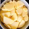 Xếp lần lượt củ dền, cà rốt, khoai tây, đậu que vào khuôn nhôm.