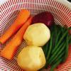 Khoai tây, cà rốt, củ dền gọt vỏ rửa sạch bằng nước muối. Sau đó, cắt lát mỏng. Đậu que gọt đầu, cắt nửa và rửa sạch.