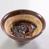 Chuẩn bị nước sốt: mè trắng cho lên chảo rang đến khi có mùi thơm và có màu vàng nâu thì lấy ra, dùng chày nghiền cho nhuyễn. Sau đó cho mè vào chén cùng 1.5 muỗng canh nước tương, 1 muỗng canh đường, 1/2 muỗng cà phê rượu mirin, 1/2 muỗng cà phê rượu sake và trộn thật đều cho tan hết đường.