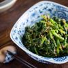 Gắp salad cải bó xôi trộn mè ra dĩa và thưởng thức. Món này làm rất nhanh và dễ, thích hơp dùng trong những ngày ăn chay hoặc muốn dùng những món ăn thanh nhẹ, dễ tiêu hóa và tốt cho sức khỏe.