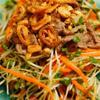 Cho salad ra đĩa, rắc đậu phộng, hành phi lên là có thể thưởng thức được rồi!