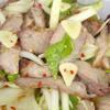 Salad thịt heo kiểu Thái với những lát thịt heo nướng chín béo thơm, quyện cùng gia vị ướp nướng và nước sốt pha chế đâm đà hấp dẫn. Có thể dùng ăn cùng cơm hay làm món ăn khai vị cho những bữa tiệc gia đình.
