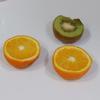 Gọt vỏ kiwi, cắt thành những khối nhỏ. Bóc sạch vỏ cam, bỏ sơ trắng, tách riêng từng muối cam, loại bỏ hạt cam nếu có. Cho cam và kiwi vào máy xay sinh tố.
