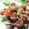 Cho sò ra đĩa, ăn kèm với rau răm nhé! Sò huyết xào bơ tỏi là món ăn vặt được nhiều người ưa thích. Thịt sò dai dai, quyện hương tỏi phi cùng bơ thơm phức, ngon miệng.