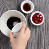 Cách pha sốt làm sườn xào chua ngọt: 4 muỗng canh tương cà, 3 muỗng canh giấm, 4 muỗng canh đường, 3 muỗng canh nước tương, 2 muỗng canh dầu hào. Dùng đũa hoặc nĩa trộn đều hỗn hợp cho đến khi chúng hòa quyện vào nhau và đường tan hết. Nước chấm là yếu tố đem lại sự tròn vị cho món ăn, nên vị đê mê.