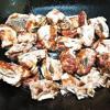Đun nóng 2 muỗng canh dầu ăn, xếp từng miếng sườn vào chảo, chiên cho sườn chín vàng thì gắp ra đĩa.