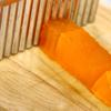Sau khi nước rau câu để nguội và đông cứng lại. Dùng dao cắt thành từng miếng nhỏ vừa ăn. Các bạn có thể để rau câu vào ngăn mát tủ lạnh cho nhanh đông và khi ăn ngon hơn.
