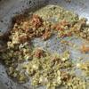 Cho 2 muỗng cà phê dầu ăn vào chảo, tiếp theo cho tỏi đập dập vào phi thơm. Tiếp theo cho sả băm. Sau đó thêm ớt băm vào xào cùng cho thơm.