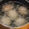 Khi thịt thấm gia vị thì lấy ra, dùng muỗng múc thịt cho vào lòng bàn tay, đặt trứng cút vào giữa và bọc kín lại thành hình tròn, làm cho đến hết thịt và trứng nhé. Làm nóng chảo với nhiều dầu ăn, thả thịt vào chiên đến khi chín vàng đều tất cả các mặt.