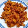 Cho thịt nướng ra đĩa. Món thịt chả nướng Nghệ An này với miếng thịt dai thơm, béo ngon, có thể ăn cùng cơm trắng hoặc bún tươi, ăn cùng ít rau thơm và rau sống sẽ ngon miệng hơn nhiều.