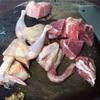 Thịt gà chặt làm 4 phần, thịt heo cắt miếng to bản bằng bao diêm, rửa sạch, để ráo nước.