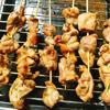 Xếp các xiên thịt lên giá sắt, phía dưới đặt khay nướng để hứng nước thịt chảy ra trong quá trình nướng. Phết thêm nước ướp gà lên các xiên thịt. Nướng khoảng 15 phút thì lấy ra lật thịt rồi lại phết hỗn hợp nước ướp lên, cho thịt vào nướng tiếp. Cứ như vậy bạn nướng tới khi thấy thịt chín vàng ruộm, thơm lừng là có thể dùng ngay.