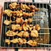 Thịt sau khi đã ướp gia vị thì bật lò nướng 200 độ C, hoặc bạn có thể nướng than hoa. Sau đó tiến hành xiên thịt vào các que tre, khi xiên thịt bạn không nên để thịt xát nhau quá, như vậy khi nướng thịt sẽ chín đều hơn. Xếp các xiên thịt lên giá sắt, phía dưới đặt khay nướng để hứng nước thịt chảy ra trong quá trình nướng thịt. Phết thêm nước ướp gà lên các xiên thịt. Nướng khoảng 15 phút thì lấy ra lật thịt rồi lại phết hỗn hợp nước ướp lên, cho thịt vào nướng tiếp. Cứ như vậy bạn nướng tới khi thấy thịt chín vàng ruộm, thơm lừng là được.