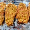 Xếp từng miếng thịt heo lên chảo, rim với lửa nhỏ 5 phút cho nước trong thịt tứa ra, sau đó tăng lửa hơi cao một chút, tiếp tục rim cho nước rút hết vào thịt nhìn khô là tắt bếp. Chờ thịt nguội, bạn dùng cây cán bột cán miếng thịt hơi dẹt (cách này giúp miếng thịt vừa to vừa mềm và rất đẹp). Cho thịt lên khay có lót giấy bạc. Bật lò 100 độ C trước 10 phút, sau đó cho khay thịt vào sấy khô (thời gian sấy không giới hạn). Bạn cứ sấy khoảng 5 phút là trở thịt cho miếng thịt heo được khô ráo đều, không bị sậm màu vì quá lửa.