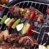 Nướng xiên thịt trên than cho vàng đều các mặt. Phần rau củ còn dư có thể trộn với nước ướp để nướng. Nếu còn nước ướp thì dùng cọ quét lên cho thịt thêm bóng và lên màu đẹp.