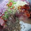 Băm nhỏ hành, tỏi, ớt. Thịt nạc vai rửa sạch, để ráo nước và thái thịt miếng vừa ăn. Ướp thịt với tất cả gia vị trong 2 giờ cho thấm.