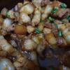 Cho thịt vào nồi rồi bật bếp nhỏ lửa, thêm tiếp 200ml nước vào kho đến khi nước cạn, sệt lại thì thêm hành lá cắt nhỏ và 1 ít tiêu rồi tắt bếp.