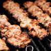 Sau khi ướp, bạn xiên thịt vào xiên rồi nướng cho đến khi thịt chuyển màu nâu đều.