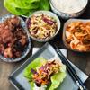 Khi ăn, cuộn thịt bằng xà lách với salad và kimchi nhé, cuộn lại với nhau và thưởng thức.