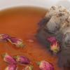 Hòa tan 2 muỗng cà phê đường nâu vào 800ml nước sôi. Sau đó, ngâm 4 gói trà túi lọc Earl Grey và 10 nụ hoa hồng vào trong khoảng 10 phút.