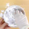 ót nước sôi từ từ vào tô bột, cứ rót được khoảng 150ml bạn lại đảo nhào cho bột ngấm kỹ nước. Nhồi tiếp bột với nước cho tới khi bột trở thành một khối dẻo mịn là đạt. Cắt bột thành những khối nhỏ rồi bạn vo tròn thành từng viên có đường kính khoảng 0,5cm.