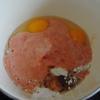 Đập trứng ra tô, thêm bột mì và hỗn hợp nước cà chua vừa xay ở trên vào chén. Sau đó, thêm hạt nêm và nước tương cho vừa ăn rồi khuấy đều.