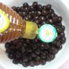 Sau khi trân châu bớt nóng thì vớt ra cho vào 1 tô khác, thêm mật ong vào ngâm khoảng 10 phút là được. Trân châu kết hợp với trà sữa thì ngon hết biết luôn nhé!