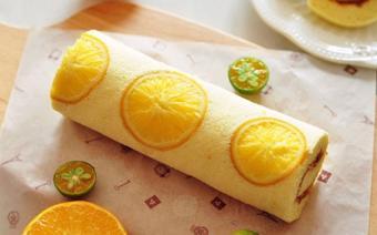 Bánh bông lan cuộn cam xốp mềm