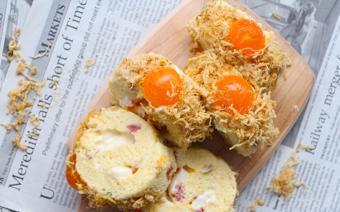 Bánh bông lan cuộn chà bông trứng muối